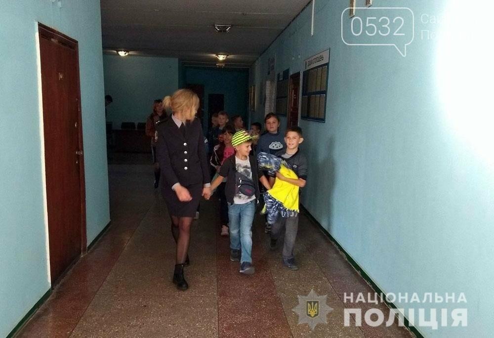 Поліцейські проводять екскурсії для школярів відділами поліції, фото-1