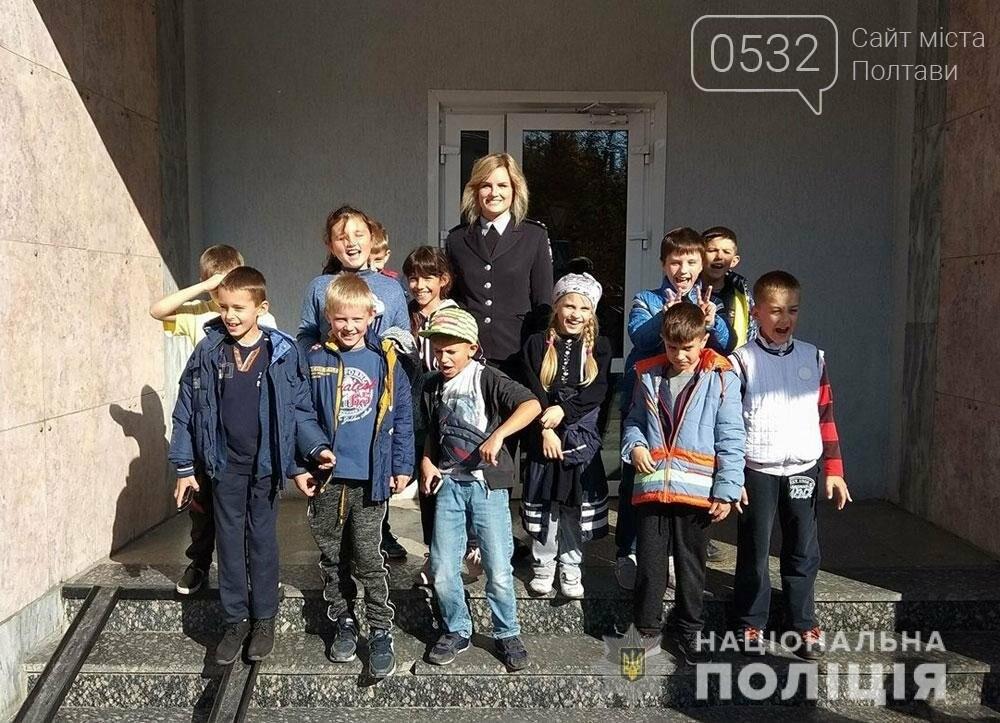 Поліцейські проводять екскурсії для школярів відділами поліції, фото-6
