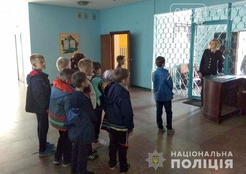 Поліцейські проводять екскурсії для школярів відділами поліції, фото-8