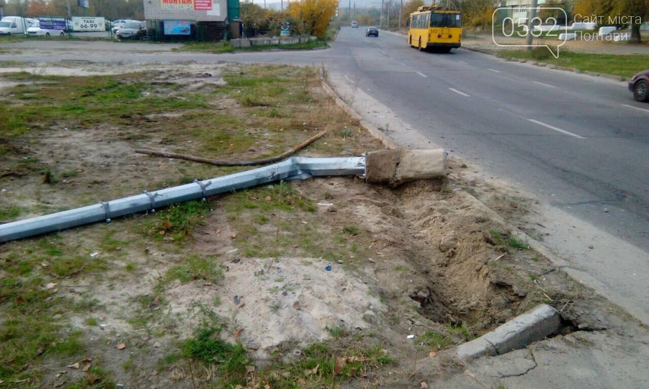 У Полтаві на проспекті Миру перекинувся автомобіль і зніс світлофор та дорожній знак (ФОТО), фото-1