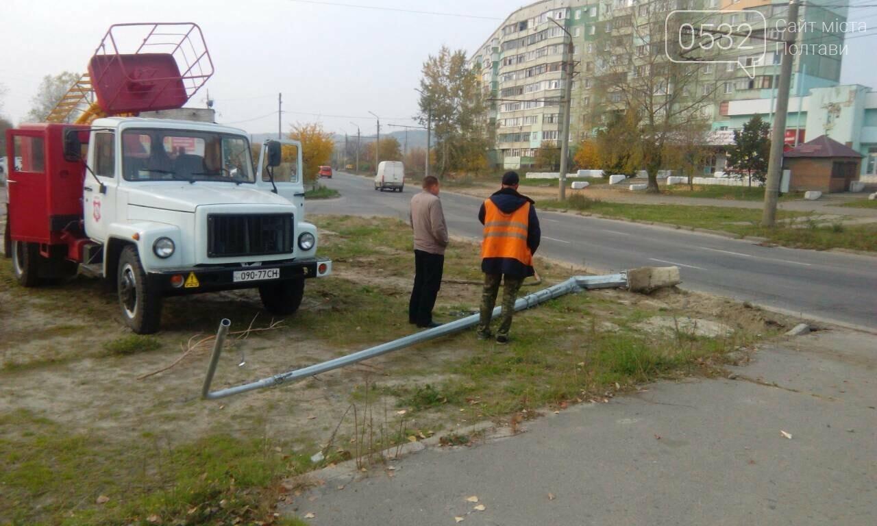 У Полтаві на проспекті Миру перекинувся автомобіль і зніс світлофор та дорожній знак (ФОТО), фото-2