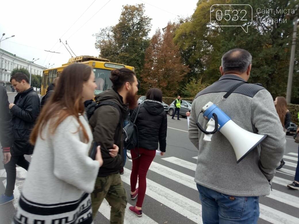 """У Полтаві ображені підприємці перекрили рух транспорту """"на кругу"""" (ВІДЕО), фото-2"""
