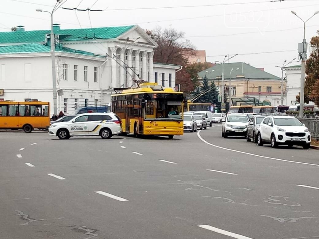 """У Полтаві ображені підприємці перекрили рух транспорту """"на кругу"""" (ВІДЕО), фото-4"""