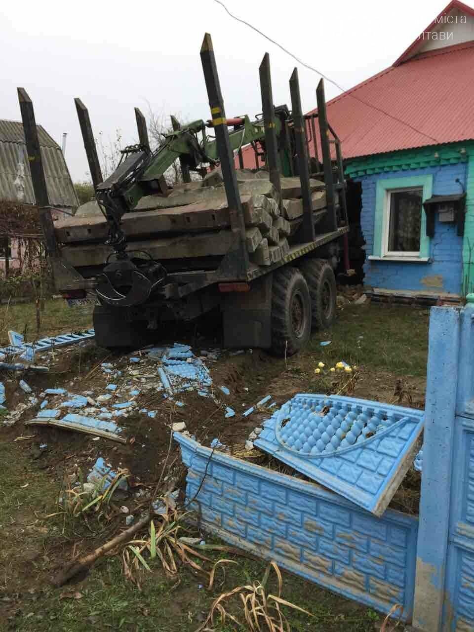 На Полтавщині вантажівка в'їхала у житловий будинок (ФОТО), фото-1