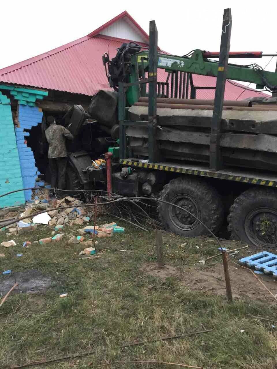 На Полтавщині вантажівка в'їхала у житловий будинок (ФОТО), фото-2