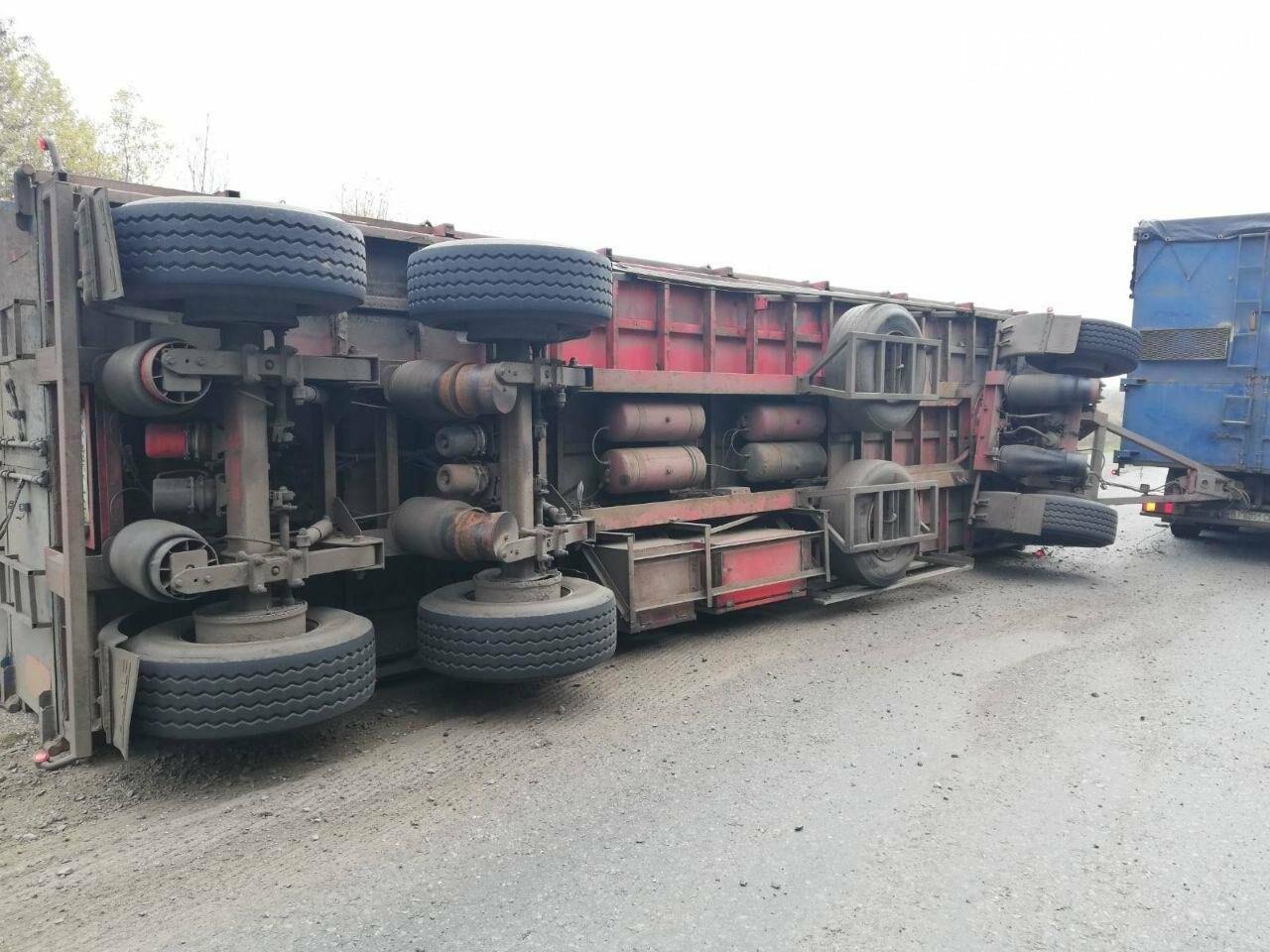 На Полтавщині перекинулася вантажівка із лушпинням насіння (ФОТО), фото-1