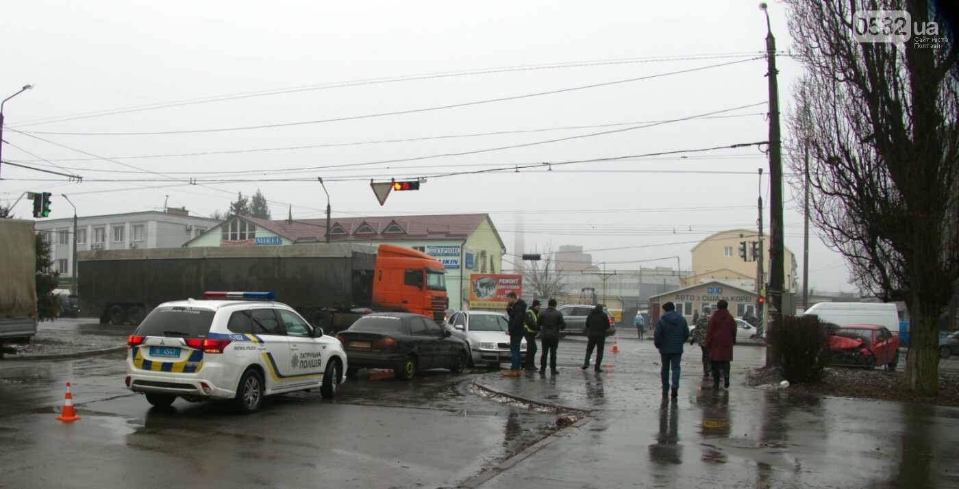 Сьогодні вранці у Полтаві сталося ДТП за участю трьох легковиків, фото-1