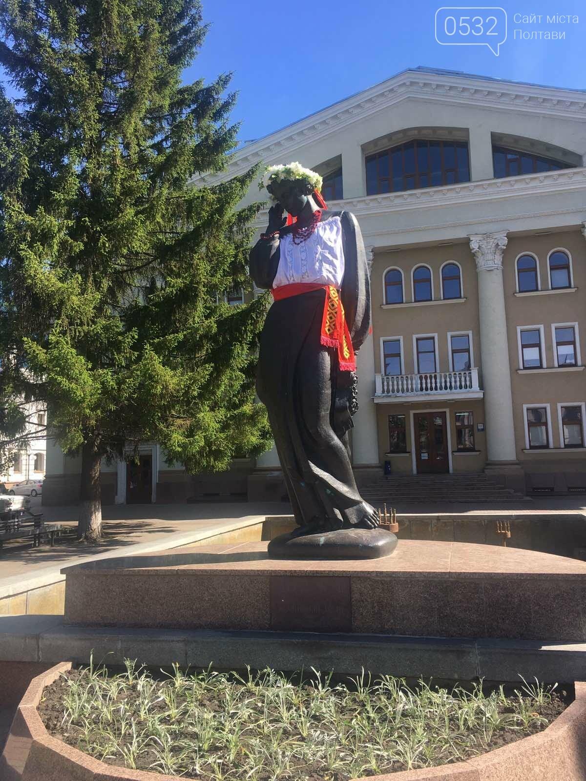 У Полтаві на пам'ятники видатним людям вдягли вишиванки (ФОТО), фото-3