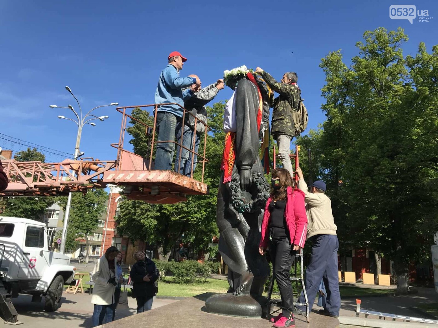 У Полтаві на пам'ятники видатним людям вдягли вишиванки (ФОТО), фото-2