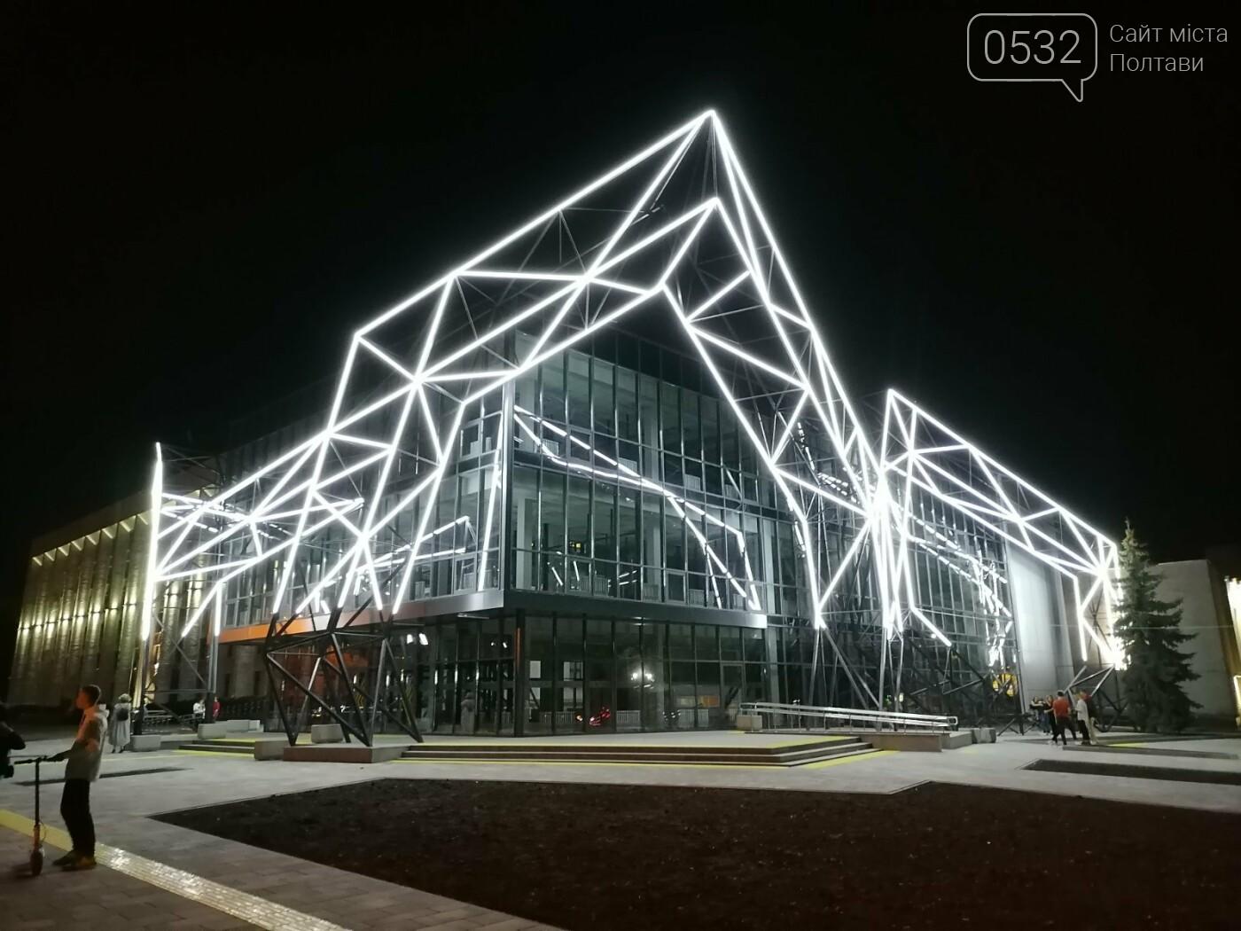 У Полтаві новий ЦНАП на площі біля ОДА став місцем вечірнього «паломництва» (ФОТО), фото-14
