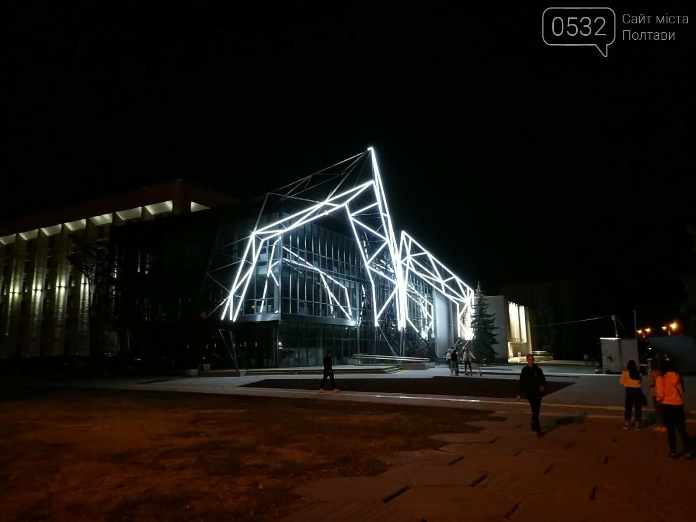 У Полтаві новий ЦНАП на площі біля ОДА став місцем вечірнього «паломництва» (ФОТО), фото-1