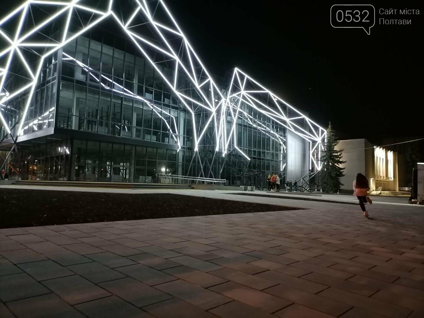 У Полтаві новий ЦНАП на площі біля ОДА став місцем вечірнього «паломництва» (ФОТО), фото-9