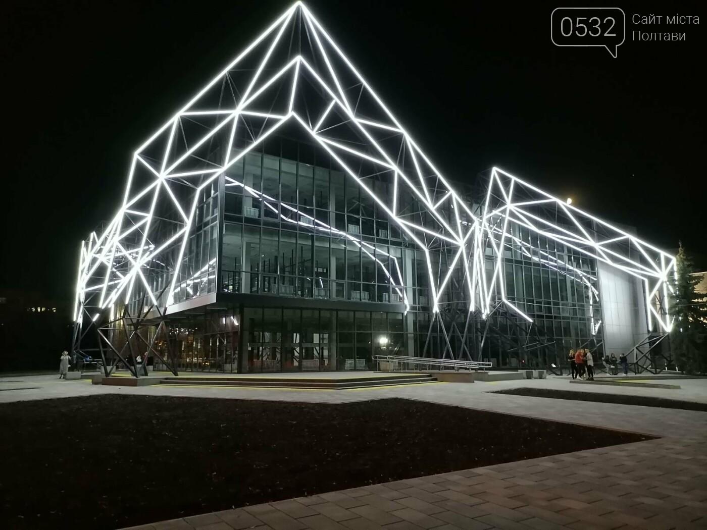 У Полтаві новий ЦНАП на площі біля ОДА став місцем вечірнього «паломництва» (ФОТО), фото-15