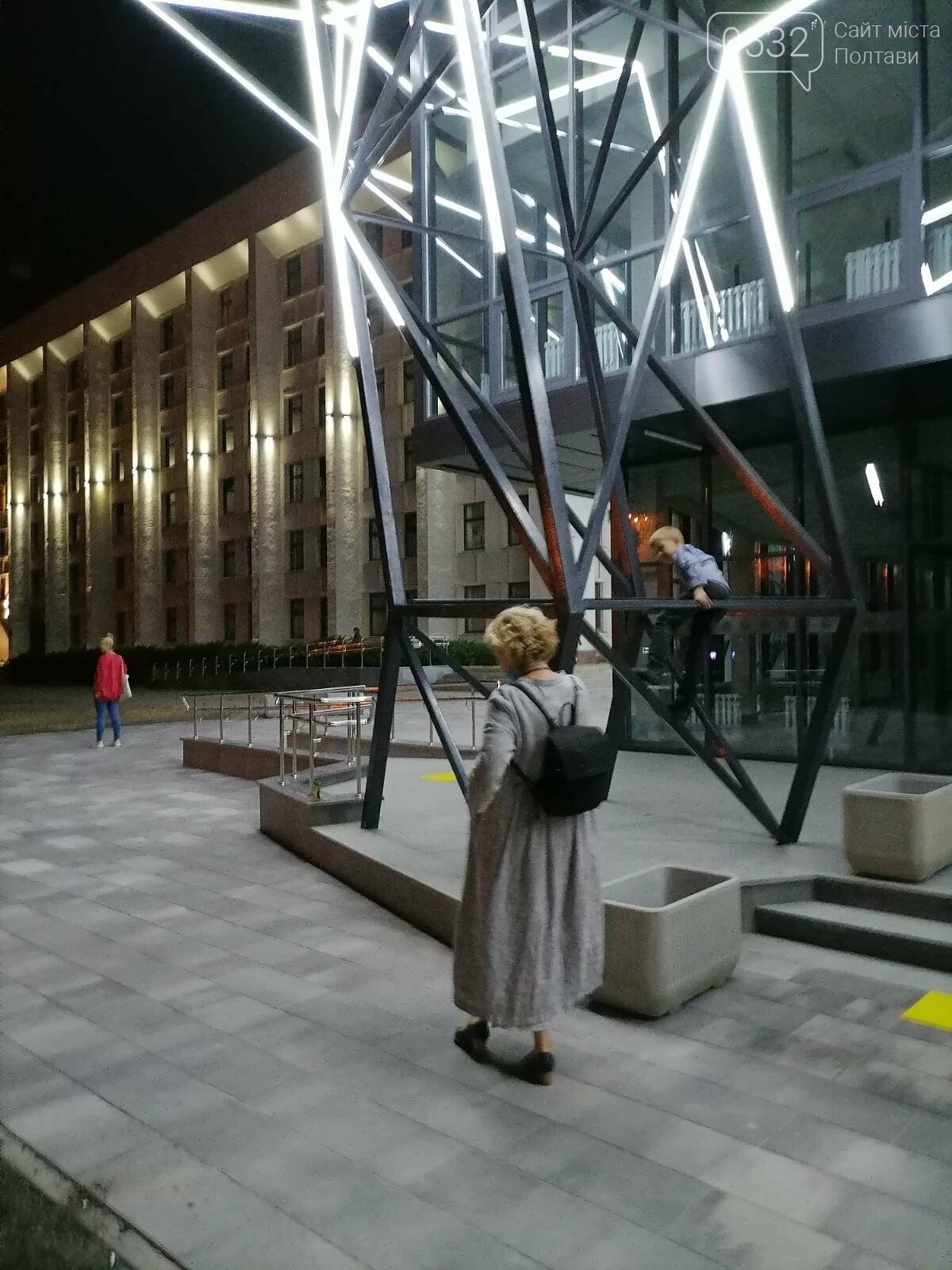 У Полтаві новий ЦНАП на площі біля ОДА став місцем вечірнього «паломництва» (ФОТО), фото-13