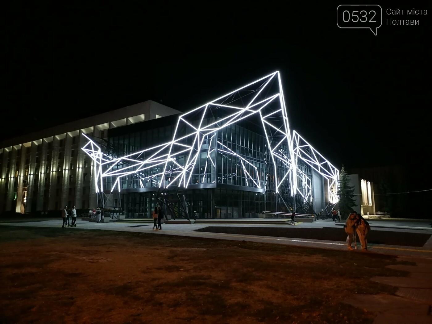 У Полтаві новий ЦНАП на площі біля ОДА став місцем вечірнього «паломництва» (ФОТО), фото-2