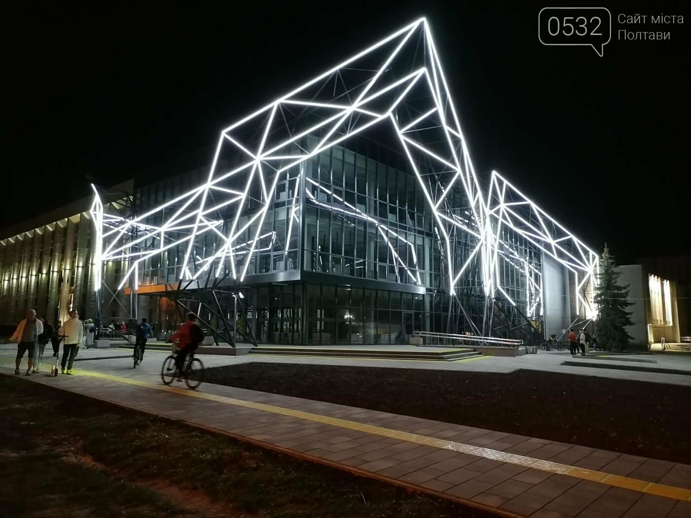 У Полтаві новий ЦНАП на площі біля ОДА став місцем вечірнього «паломництва» (ФОТО), фото-7