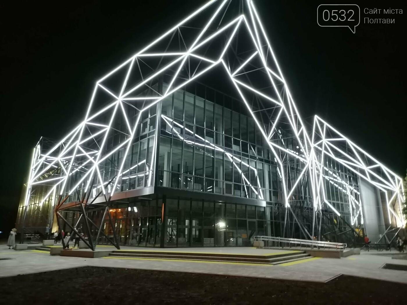 У Полтаві новий ЦНАП на площі біля ОДА став місцем вечірнього «паломництва» (ФОТО), фото-5