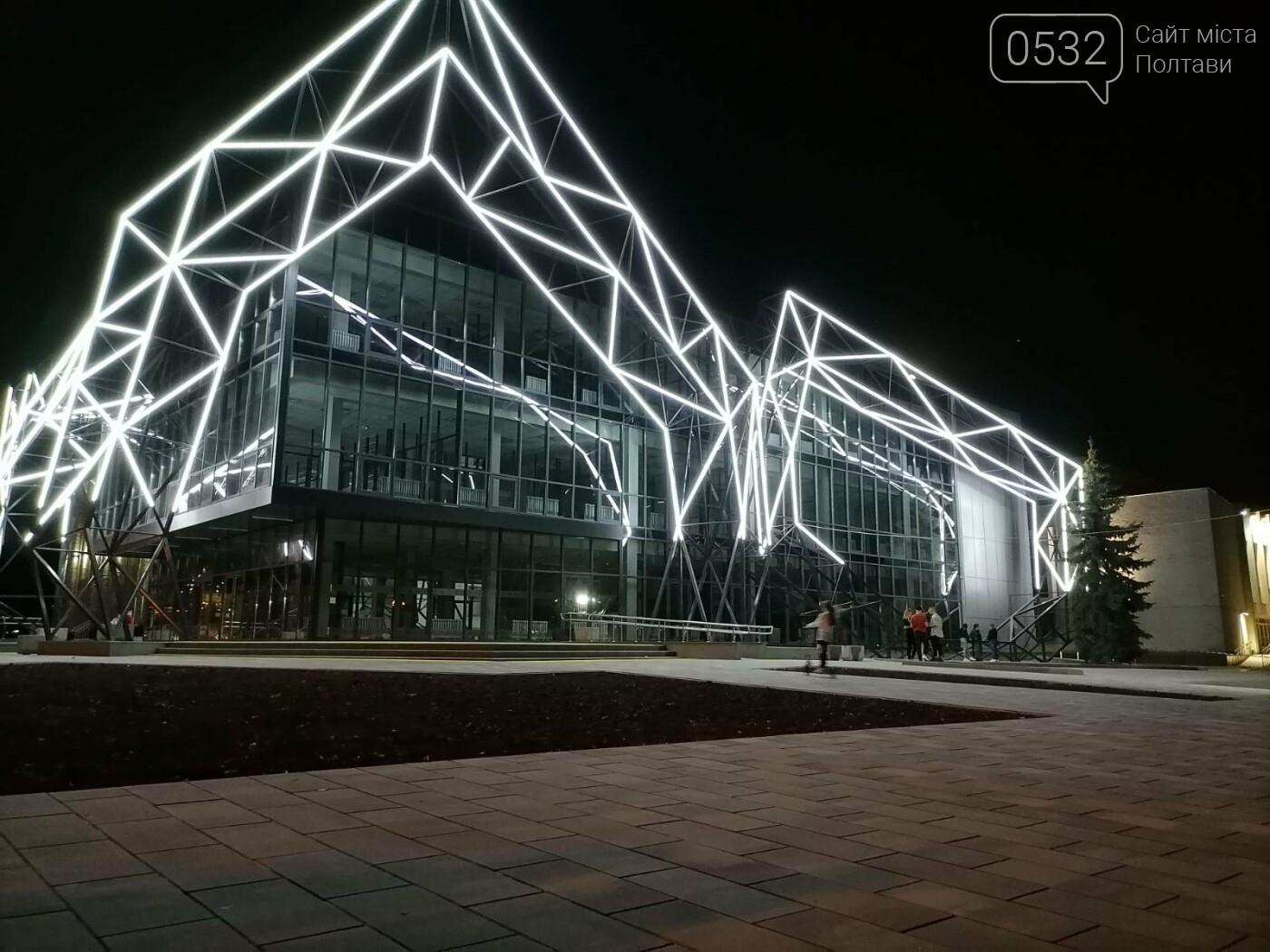 У Полтаві новий ЦНАП на площі біля ОДА став місцем вечірнього «паломництва» (ФОТО), фото-4