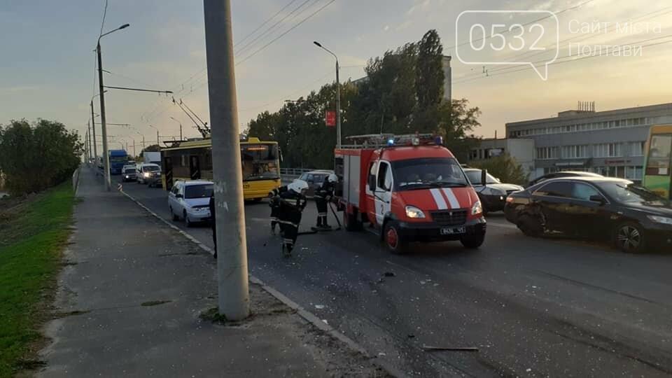 """У Полтаві на Ковпака водій """"Ауді"""" зніс чотири машини. Одну людину вирізали із авто рятувальники (ФОТО, ВІДЕО), фото-2"""