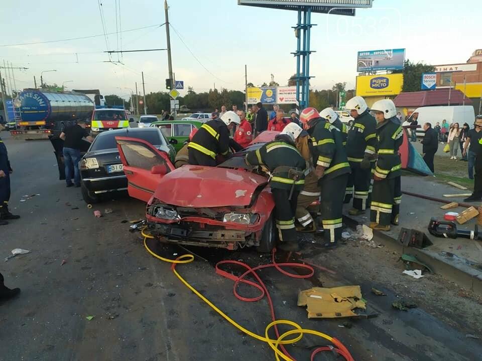 """У Полтаві на Ковпака водій """"Ауді"""" зніс чотири машини. Одну людину вирізали із авто рятувальники (ФОТО, ВІДЕО), фото-3"""