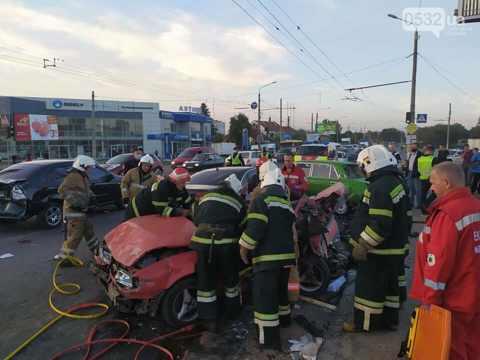 """У Полтаві на Ковпака водій """"Ауді"""" зніс чотири машини. Одну людину вирізали із авто рятувальники (ФОТО, ВІДЕО), фото-4"""