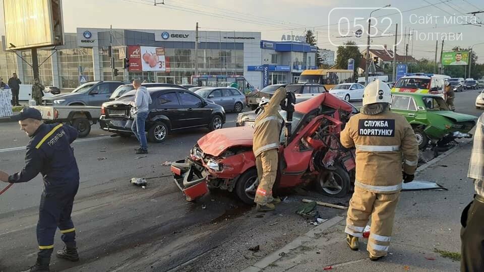 """У Полтаві на Ковпака водій """"Ауді"""" зніс чотири машини. Одну людину вирізали із авто рятувальники (ФОТО, ВІДЕО), фото-1"""