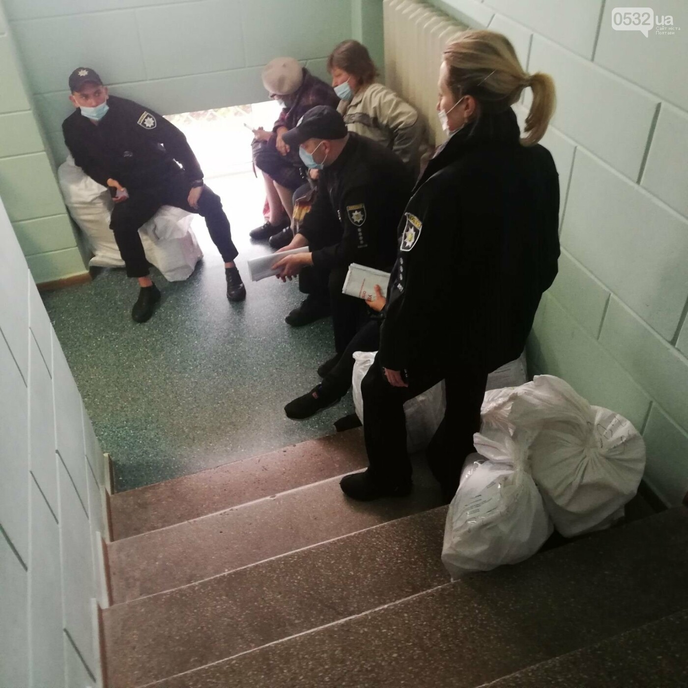 Поліцейські сидять на мішках: як у Полтаві приймають бюлетені у ТВК (ФОТО), фото-3