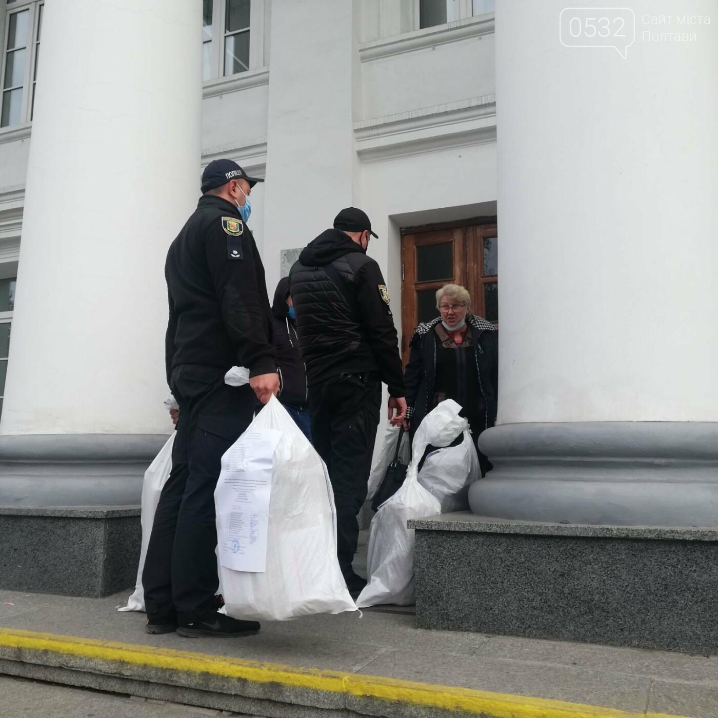 Поліцейські сидять на мішках: як у Полтаві приймають бюлетені у ТВК (ФОТО), фото-10