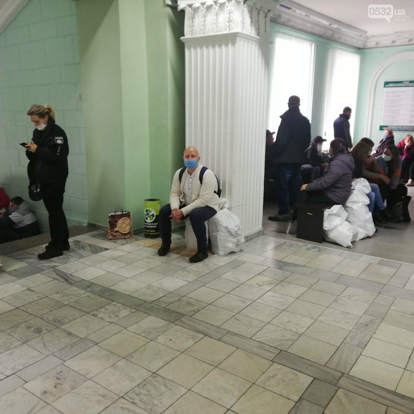 Поліцейські сидять на мішках: як у Полтаві приймають бюлетені у ТВК (ФОТО), фото-2