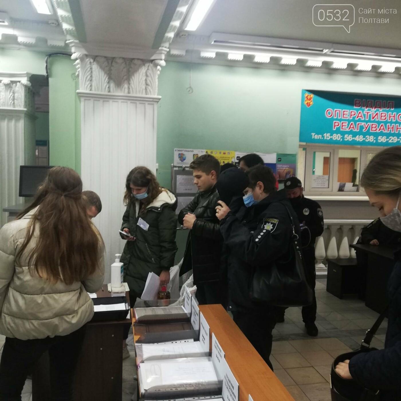 Поліцейські сидять на мішках: як у Полтаві приймають бюлетені у ТВК (ФОТО), фото-8