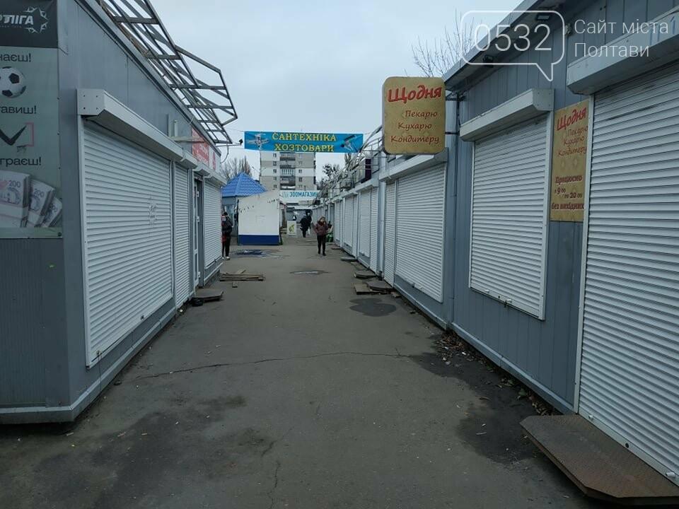 Речовий ринок зачинений, проте одягом усе таки торгують, фото-9