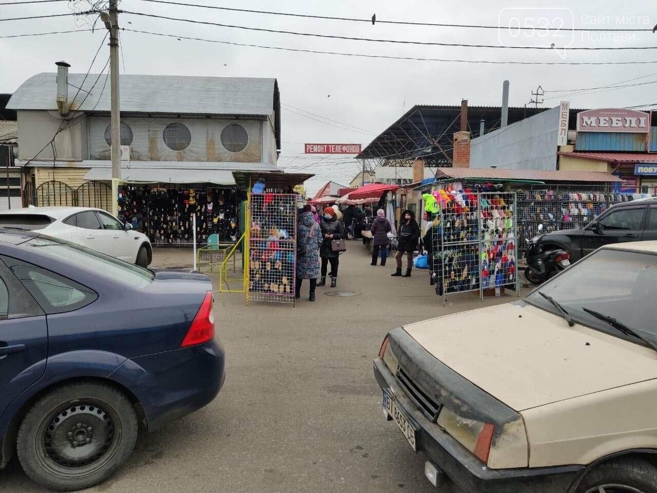 Речовий ринок зачинений, проте одягом усе таки торгують, фото-5