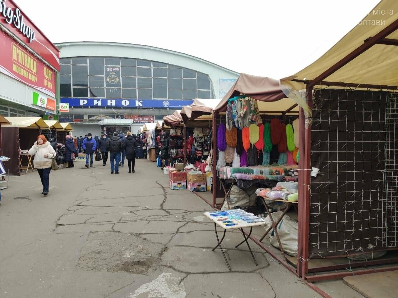 Речовий ринок зачинений, проте одягом усе таки торгують, фото-3