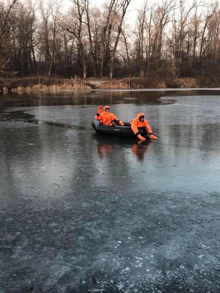 У Полтаві рятувальники витягнули із води цуценя, яке на Ворсклі провалилося під лід (ФОТО), фото-1