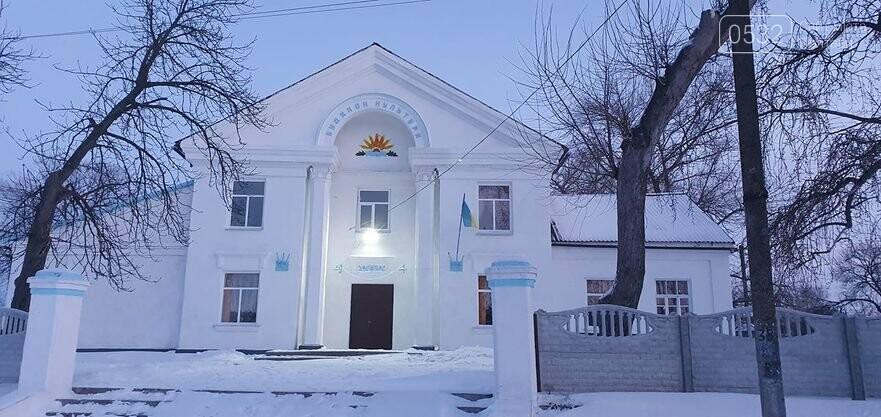 Після медійного резонансу у Градизьку на Полтавщині з фасаду місцевого будинку прибрали герб СССР, фото-1
