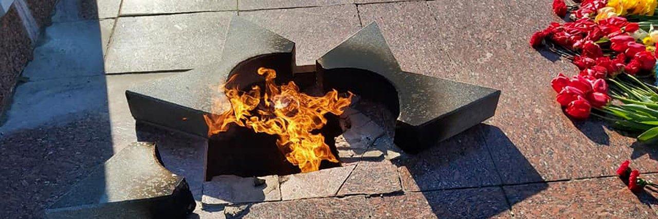 У місті на Полтавщині 22-річна дівчина 9-го травня розбила зірку Вічного вогню